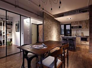 客厅一旁采用大面黑框玻璃门来作为空间隔断,而另一边则是这间屋子的厨房区域,具有强烈工业风的墙面作为背景墙,突出这一开放式厨房的整体性。,60平,5万,混搭,小户型,