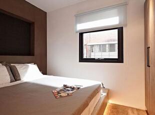 具有立体感的卧室背景墙,房主选用了沉稳的咖啡色系来打造,与黑框窗户在一定意义上有所呼应。,60平,5万,混搭,小户型,