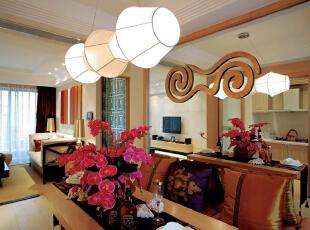 餐厅我用了银镜做为空间的延伸。灯具是定制的。玻璃上的团是客户的家族图腾。,172平,32万,混搭,大户型,