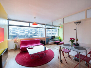 运用饱和系的颜色来呈现,让整间公寓都显出一种活泼轻松的感觉,五彩缤纷的颜色在小小的空间中进行碰撞,使这间小户型公寓拥有了独特的魅力,43平,3万,现代,小户型,客厅,红色,白色,