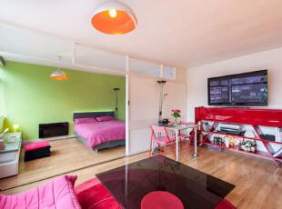 运用饱和系的颜色来呈现,让整间公寓都显出一种活泼轻松的感觉,五彩缤纷的颜色在小小的空间中进行碰撞,使这间小户型公寓拥有了独特的魅力,43平,3万,现代,小户型,客厅,白色,绿色,紫色,
