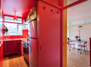 运用饱和系的颜色来呈现,让整间公寓都显出一种活泼轻松的感觉,五彩缤纷的颜色在小小的空间中进行碰撞,使这间小户型公寓拥有了独特的魅力,43平,3万,现代,小户型,厨房,红色,