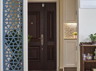 01-门厅 门厅的弧形门洞简单含蓄过渡。入户的兴奋点便落在了地面彩色的复古砖,以及那一面灰蓝做旧的屏风,这种灰蓝的复古情怀将贯彻整个风格。门厅那盆植物被玛丽和她老公精心照料了十年,这是玛丽怀旧的精神所在之一。,120平,9万,美式,四居,玄关,白色,蓝色,