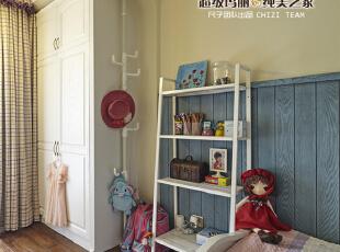 05-公主房 红色的布娃娃,粉粉的公主裙,毋庸置疑这是小女孩的梦幻王国。五彩的吊灯快乐的装点着童年的梦想。灰蓝做旧的护墙板,像爸爸的大手掌,总是默默的保护着女儿,将冰冷的墙面与床隔开,并延续了客餐厅复古的情怀,和谐而美好。,120平,9万,美式,四居,卧室,蓝色,黄白,