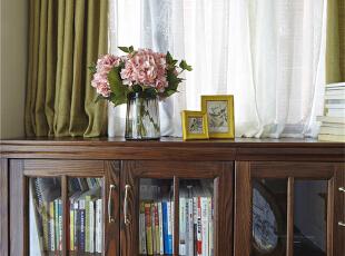 06-书房 书房简单而宁静,纸页间的波澜壮阔是精神世界的食粮,书柜里的历久弥新是源远回忆的仓田。精致的实木家具,复古而润泽,配以黄绿色的棉麻窗帘,安静又鲜活,无论是色的碰撞,还是质的摩擦,都在诉说一个古而不老的故事。仿木纹瓷砖不仅有着木地板柔和的视觉纹理,同时可避免西晒的灼伤,经久耐用。,120平,9万,美式,四居,书房,原木色,白色,