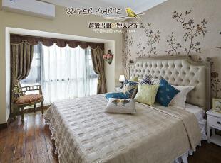07-主卧 主卧回归优雅,像一幅淡雅的水彩画。很显然米色系的床品与床头的米色墙布已经悄悄的融为一体。说到墙布,这真是一种不错的选择,不仅色彩多样,质感细腻,并且防潮耐用。我们不仅在乎作品的美观性,更在乎其耐用性。再细心一点可以看到,主卧落地窗底部,大理石窗台延伸了二十公分,可以有效的避免实木地板直接日晒雨淋。,120平,9万,美式,四居,卧室,米色,黄白,