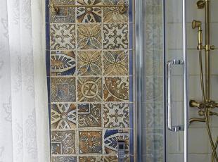 08-主卫 明亮是玛丽的要求之一,主卫有一整面墙的落地窗,这无疑是令人惊喜的,在这个不大的空间,蓝色的复古砖,很巧妙的避免了浅色砖可能会造成的光线过强刺眼的问题。再配以精致的古铜配件,让蓝调显得更加历史悠久。,120平,9万,美式,四居,卫生间,白色,