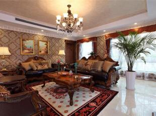 美国人热情好客,所以客厅一般装修的极为舒适惬意。深木色美式三人沙发尺寸宽大,黑色真皮面和实木打造出感觉既舒适自在又质感极好。客厅无论从壁炉、沙发还是茶几,都选用深色实木,体现了美式风格对自然、柔性的追求,同时深色的色调与米黄的浅色墙面对比,有种跳跃的美感。,289平,15万,美式,别墅,客厅,原木色,