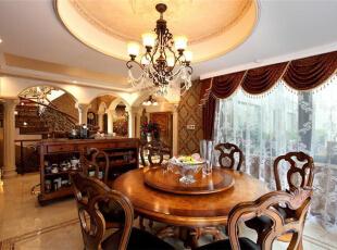 圆形内嵌式吊顶与圆形餐桌相呼应,实木镂空椅背极具特色。餐厅主要以土黄为主,这是泥土的颜色,与实木搭配,流露着大自然的气息,营造出舒适自在的用餐环境。深黄色窗帘与土黄色餐桌、米黄色地板既形成一个颜色上的层次美,又协调统一。,289平,15万,美式,别墅,餐厅,原木色,