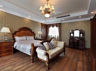 别墅室内卧室地板保留了木质的原有纹理和色调,古朴自然的气息表露无遗。床头和床柱的雕纹看似做工并不精细,却是美式粗犷大气的特征。,289平,15万,美式,别墅,卧室,黄白,