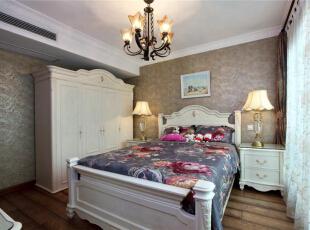 美式风格崇尚自然民主,以居住者感受为先,用白色有些简约欧式风格的衣柜和浅灰色墙面营造了一个轻松、简洁的氛围。用花朵图案的蓝紫色床品给这个空间提升色彩亮点,花型吊灯和床头台灯散发的暖色灯光,给空间带来温馨、舒适的感受。,289平,15万,美式,别墅,卧室,美式风格崇尚自然民主,以居住者感受为先,用白色有些简约欧式风格的衣柜和浅灰色墙面营造了一个轻松、简洁的氛围。用花朵图案的蓝紫色床品给这个空间提升色彩亮点,浅灰色,白色,