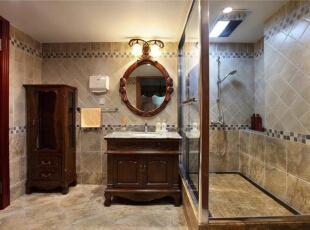 深色实木雕花洗手台、置物柜和椭圆镜都和空间的整体风格统一,富有古典的美式情怀。仿古墙面和地砖的使用使空间的历史感更加浓郁,289平,15万,美式,别墅,卫生间,褐色,白色,