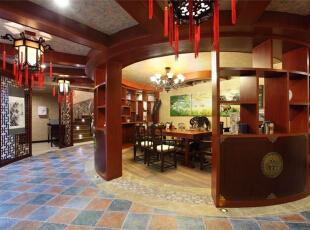 书房的设计是一大亮点。用格子架将书房空间隔成半圆形,通透的视觉效果使小小的书房不会有狭窄的感觉,反而透着别致、浪漫的气息,书房外走廊用中国宫廷灯装饰,融入了中国元素,增加了古典美感。,289平,15万,美式,别墅,书房,红木色,