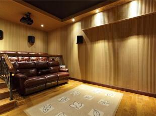 影音室以用米色、土黄色为主,整体氛围温馨、舒适。暗红色皮面沙发质地柔软,让观影感觉更加舒适。利用三级台阶搭建出电影院座位效果,可满足多人观看,不会阻碍视线也无需挤在一排。,289平,15万,美式,别墅,影音室,米色,土黄色,