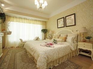 卧室同样选用黄底白花图案墙纸,与硬装橡木色搭配协调,使整体色调柔和。,120平,17万,欧式,三居,卧室,米黄色,