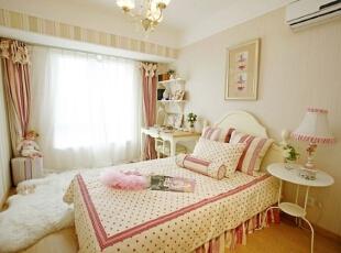 女儿房为粉色调,墙纸选用较为柔和的粉色,与橡木色硬装很好的搭配。,120平,17万,欧式,三居,卧室,粉红色,