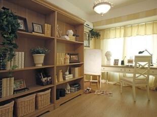 书房空间色调较其他空间稍显沉稳,选用米色与黄色相间的宽条纹墙纸。,120平,17万,欧式,三居,书房,黄白,