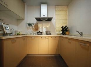厨房的整体效果,没有奢华、没有另类,却打造出不一样的气质。,120平,17万,欧式,三居,厨房,棕色,白色,