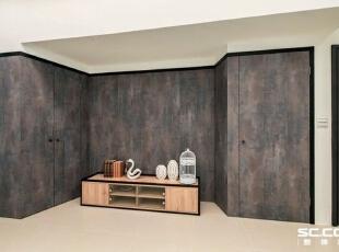 电视墙面受限于建筑格局,两侧分别规划为通往地下室的楼梯及电梯间,并运用屏风的概念将两片门片隐藏起来。,98平,13万,中式,两居,玄关,原木色,白色,