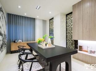 除了餐厅侧墙的功能柜体外,其窗下的备餐台设置,也能同时放置配件及使用后的餐盘杯子。,98平,13万,中式,两居,餐厅,原木色,黑白,