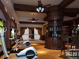 地下室的设计可谓丰富,环绕圆柱形的酒柜,设计有吧台,健身器材,书柜等,集健身、休闲、娱乐于一体。风扇吊灯与天花顶的造型相得益彰。厚重的美式家具与时尚的健身器材,古典不失时尚。,350平,200万,美式,别墅,