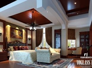 本案中卧室的布置较为温馨,拱形的吊顶,造型别致的吊灯,温馨柔软的成套布艺,既优雅又浪漫。卧室的一角还靠窗设计了一个书桌和小书柜,供主人平时兴之所起时使用。整个卧室在软装和用色上非常统一,柔美的灯光营造出静谧雅致的氛围。,350平,200万,美式,别墅,