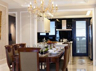 餐厅:墙面简洁的造型平添几许生活气息。斜顶圆形造型和家具相呼应,在绿色植物的点缀下,带给你和家人人舒适的谈话空间。,221平,30万,欧式,三居,餐厅,原木色,黄白,