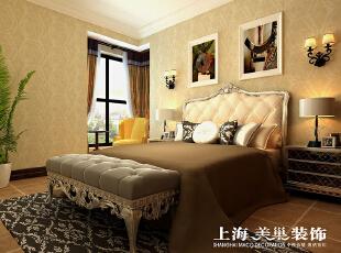 瀚宇天悦4室2厅美式乡村风格样板间装修效果图---次卧的设计也是采用的是暖色的壁纸,配上大气的美式床,精致的灯具,使空间更具奢华。,142平,12万,美式,四居,卧室,黄色,