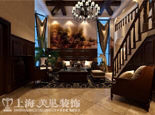 水映唐庄180平米复式联排美式乡村装修案例效果图-一楼客厅 客厅沙发背景,主要是由一副整版风景油画来表现,下面搭配墙板,植物,布艺沙发。休闲而自然。,180平,20万,美式,别墅,客厅,原木色,