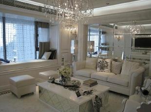 客厅,飘窗柜,我们用经典的线板精心装饰起来,让窗边的空间变得细腻。舍去了以往人们认为的吊灯厚重的感觉,挑了一盏轻盈却又不失华丽的水晶吊灯。沙发也秉承这一理念,不再挑厚重的4人沙发,3人沙发配上侧边的两张单沙轻易带出精致感。,120平,17万,现代,一居,客厅,白色,