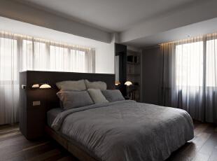 北京别墅装修设计—卧室 主卧整个空间的设计不单是对简约风格的遵循,也是个性的展示。也主要以灰色调为主 配合上暖色的灯光 浅色的窗帘搭配,140平,28万,现代,三居,卧室,黑白,黄色,