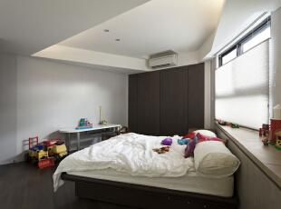 北京别墅装修设计—儿童房 儿童房在色彩和空间搭配上最好以明亮、轻松、愉悦为佳,可以使用一些对比色。主色调以浅色调为主,深色的地板,140平,28万,现代,三居,儿童房,黑白,红色,蓝色,