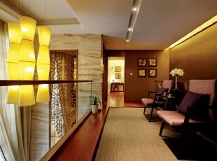 北京别墅装修设计—休闲区 休闲区深红色的木地板 暖色灯光的吊灯 以实木家具来搭配 舒适 反映出融合现代精神的独特传统韵味,195平,32万,中式,别墅,红色,黄色,紫色,