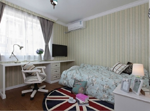 浪漫床头设计理念:结婚多年的夫妻,彼此有这自己的工作和生活圈子,或许公共语言越加减少,但是夜晚睡觉之前,在这浪漫温馨的墙纸下面无妨讲一些悄悄话,感情的温度会保持的很好。,115平,13万,现代,两居,卧室,白色,