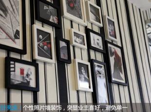 客厅设计    设计重点:墙面拼图营造端景 客厅如钢琴键盘的表面根据主人喜好进行照片装饰,凸显个性,避免单调。,80平,68000万,简约,两居,客厅,黑白,