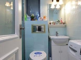 卫浴设计    设计重点:充分利用小空间  洗手间的面积相对较小,设计师便采用了纵向并排设计的方式,将马桶与洗手台并排在一个面,腾出空间摆放洗衣机。,80平,68000万,简约,两居,卫生间,白色,蓝色,