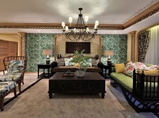 设计解读·客厅   生长在热带丛林的岛屿民族,室内装饰的一大特色在于如影随形般追随自然万物,居室内任一装饰都表达着对生命的崇尚。硬装上铺垫大地色系的背景,赋予空间亲和与稳重,宗教色彩浓郁的深棕色构成家私主色调,肃穆之中透着一丝神秘;脱胎于丛林中的东南亚居室,将大自然中的绿肥红瘦引入居室之中,布艺搭配上,生生不息的花叶图案迎来最生动的表达。,370平,296万,混搭,四居,客厅,黄色,绿色,原木色,