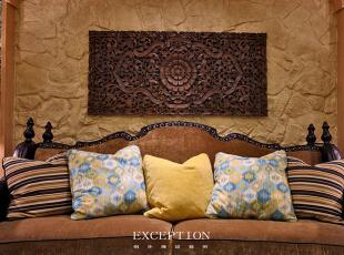 设计解读·客厅细节   作为东南亚经典装饰元素之一,软装上自然要呈现莲花意象。镂空柚木雕花板彰显着粗犷的原生态之美,纯手工雕刻,勾画出东方特有的古老神秘气质,一笔一划的精致带你领略无边禅意。,370平,296万,混搭,四居,客厅,黄色,绿色,原木色,