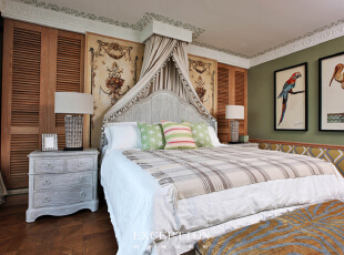 设计解读·主卧   主卧空间重点从女性审美设计软装搭配,将东南亚的自然气息通过法式的温婉大气呈现出来,色彩运用柔和明朗,以热带鸟类为主题的剪贴挂画为空间气氛注入几分鲜活,与床幔后方花篮图案的硬包背景墙相得益彰。,370平,296万,混搭,四居,卧室,原木色,绿色,