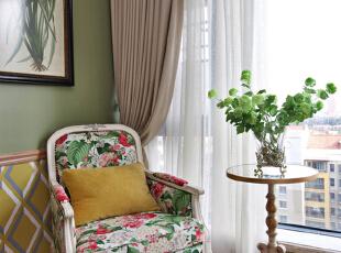 设计解读·主卧细节   一杯特调香草拿铁氤氲着热气,升腾出一室的馨香,闲坐窗边一隅,漫看窗外风景,静待午后阳光透过纱帘漫进室内,感受法式庄园独有的浪漫恬静。往往,替换布艺能为家具带来耳目一新的装饰效果,花叶主题的软包似乎赋予这方洛可可风格椅新生命,清丽的色调让居者贴近自然,放松心绪。,370平,296万,混搭,四居,卧室,客厅,绿色,