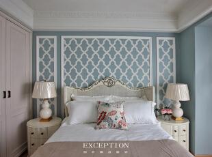 设计解读·长辈房   一改常规长辈房的深沉色调,转而以清浅淡雅的天蓝色铺陈背景,软装饰上白色为主打,辅以浅咖点缀,明媚的色调让居者的心也随之年轻起来。,370平,296万,混搭,四居,卧室,蓝色,