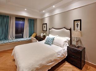 设计解读·客卧   客卧色调采用了蓝白相间的搭配,同样的菱形花纹布艺让靠包与飘窗软垫形成呼应之美,白色纯净,蓝色深邃,摒弃冗余配饰,只留一份清净予居者。,370平,296万,混搭,四居,卧室,白色,