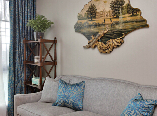 设计解读·书房   靠包、窗帘布艺色彩艳丽,特有的染印技术让花纹显得生动立体,流光溢彩;木质板画上雕刻的孔雀形象栩栩如生,浓浓的异域风情就这样扑面而来。,370平,296万,混搭,四居,书房,客厅,白色,