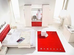 家中最大的卧室仍以白色作为空间基础色,地上铺以红色的块毯,与同样红色床头遥相呼应,而带有红色涂饰的壁柜继续强化空间的主题色调,让家温馨的感觉不断提升。,8万,70平,现代,8万,两居,现代,卧室,两居,红色,卧室,白色,红色,白色,