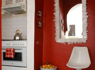 大面积的红色没有想象中的那么艳俗,与白色厨柜的搭配恰到好处,打破了整体纯色基调的同时,透出现代简约。上下型的整体厨柜节省了一定的占地面积,更是提供了必要的收纳空间。,70平,8万,现代,两居,厨房,红色,白色,