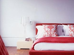 斜房顶下的小空间里同样也是布置简约化的卧室。白净的色彩给人很纯净的感觉,而床上红色的盖毯、床头红色的连衣裙,还有其他红色的装饰品,让卧室充满了勃勃生机。,70平,8万,现代,两居,卧室,红色,白色,