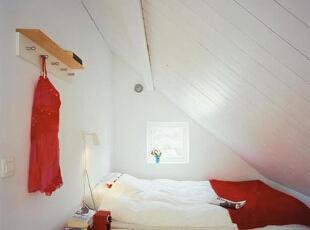 红色玫瑰在墙面上粲然绽放,成为卧室空间里的绝对亮点,为纯白的空间注入柔美烂漫的气息。有了这般抢眼的主题墙面设计,卧室中的家具和配饰就变得纯粹而简单起来,搭配白色的床,以及本白色调的木地板,演绎出一派纯美恬静的空间感觉。,两居卧室,70平,白色,8万,现代,两居卧室,白色,