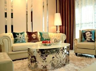 设计师赋予居室一种典雅、自然、高贵的气质,生活在繁杂多变的世界里已是烦扰不休,而简单、自然的生活空间却能让人身心舒畅,感到宁静和安逸。摒弃了过于复杂的纹理和装饰,将怀古的浪漫情怀与现代简约相结合,给人以绚丽、舒适的感觉。,78平,10万,欧式,两居,客厅,黑白,