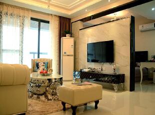 简欧大气、更贴近于自然,也符合国人审美,因此国内发展较快,但仍未普及。从字面意思分析,简欧也就是简化了的欧式装修风格,但原先欧式风格的高雅仍然被保留了下来。,78平,10万,欧式,两居,客厅,黑白,