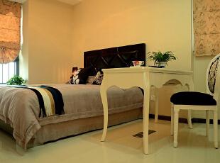 本案是运用简约欧式进行的空间设计。简约欧式风格不是传统意义上的风格元素的堆砌,而是通过对传统欧式文化和当代流行元素进行结合,以现代人的审美需求来打造富有简约欧式韵味的家居环境,有东方共性的内敛也有西方个性的张扬。,78平,10万,欧式,两居,卧室,黄色,